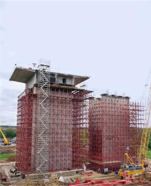 Бетонирование колонн моста