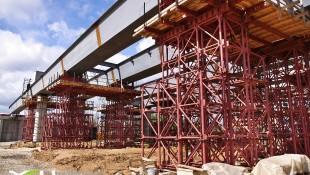 Мостовые опорные подмости при реконструкции моста в Москве